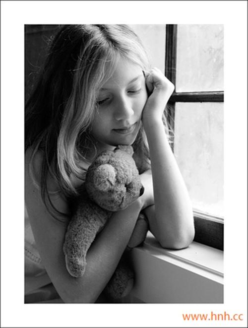 快乐可以与人共赏,苦难只能自己坚强。