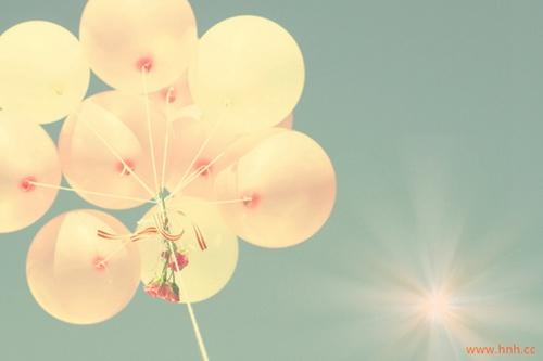 落花有意随流水,流水无情恋落花。