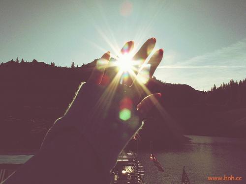 阳光下像个孩子,风雨里像个大人。
