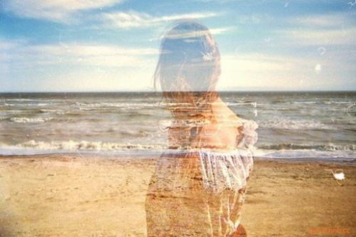 此刻你生疏的温柔,触及我结痂的伤口。